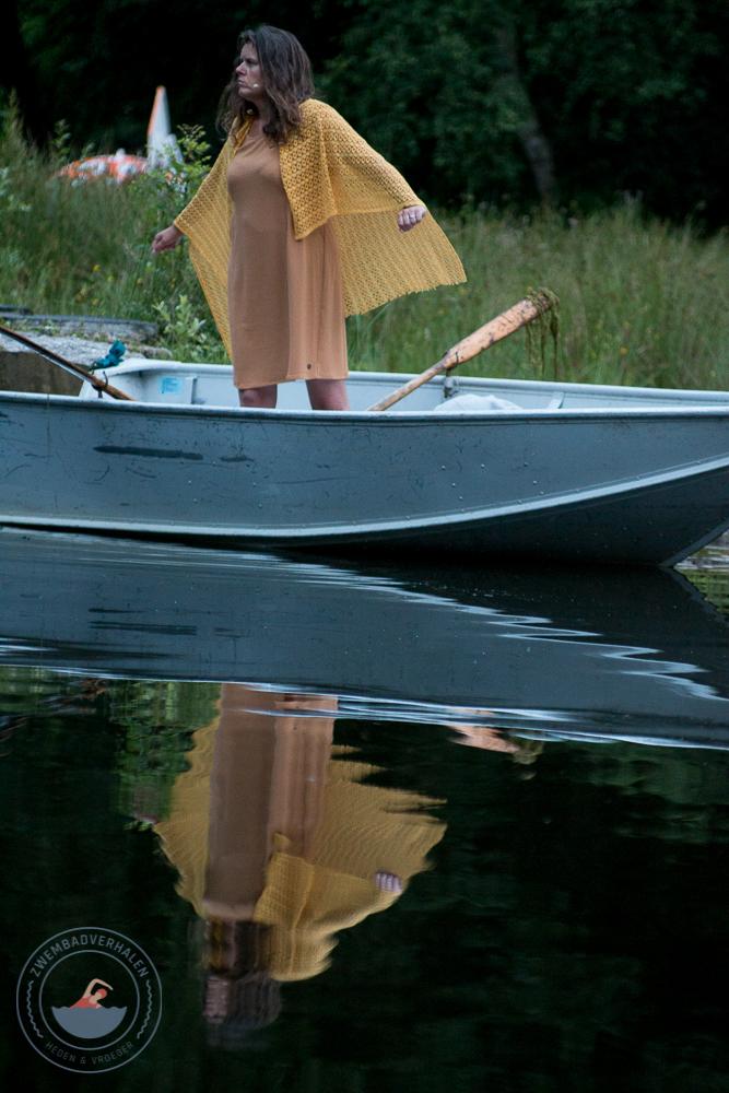 Mevrouw van Dam in de boot